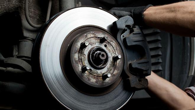 Kiểm tra hệ thống phanh xe ô tô bằng cách rà láng đĩa phanh