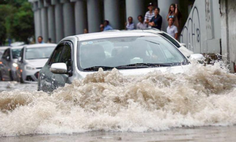 mưa lũ khiến ô tô bị chết máy